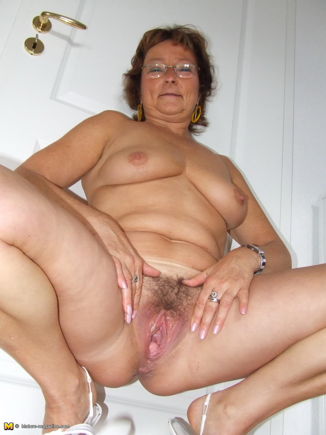 hairy amateur housewife playing with her toy - grannypornpics