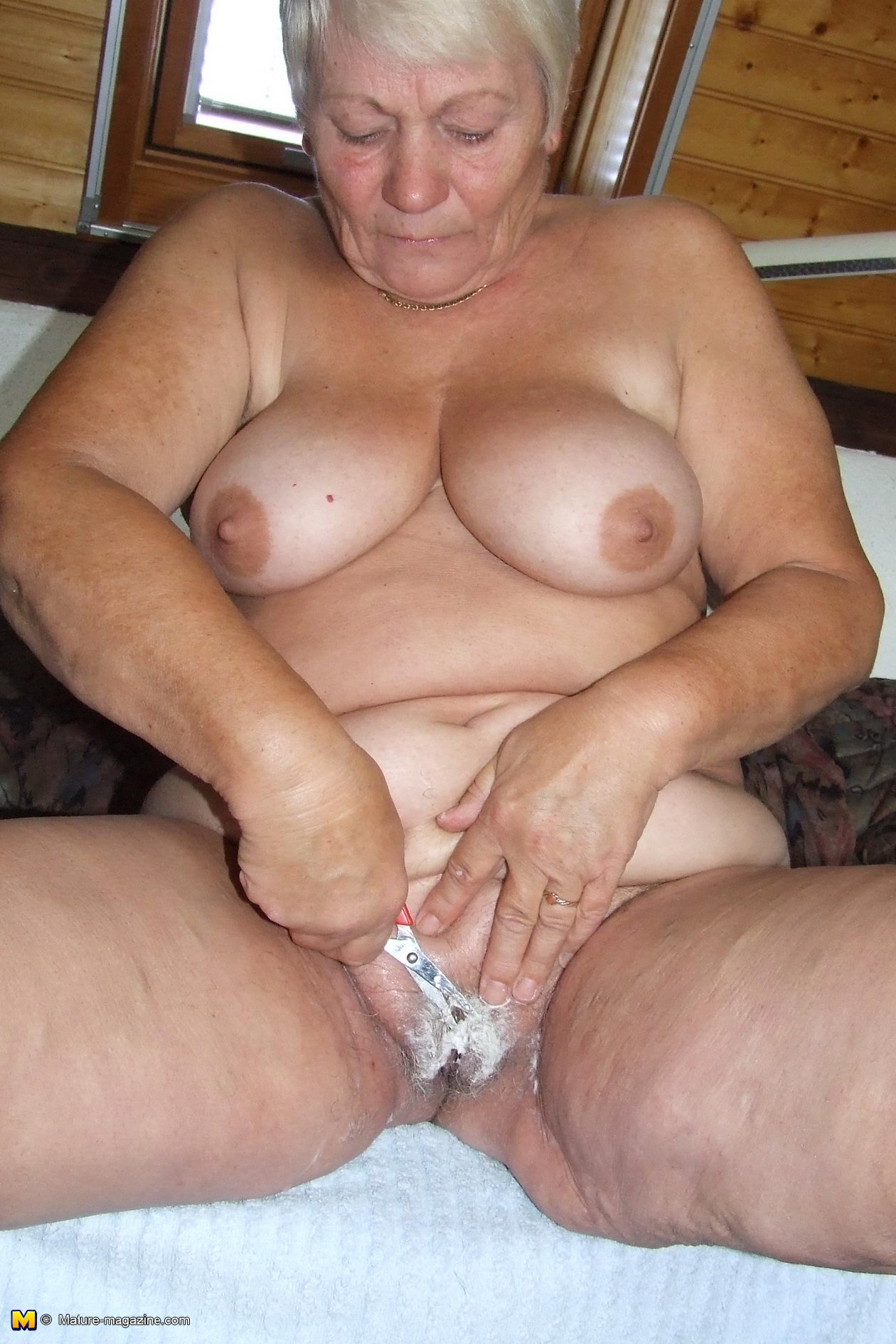 amateur older lady caught shaving her pussy - grannypornpics