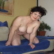 Horny mature slut shaking her ass