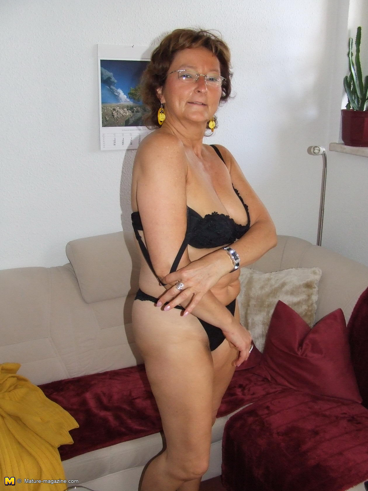 hairy amateur housewife getting naked - grannypornpics
