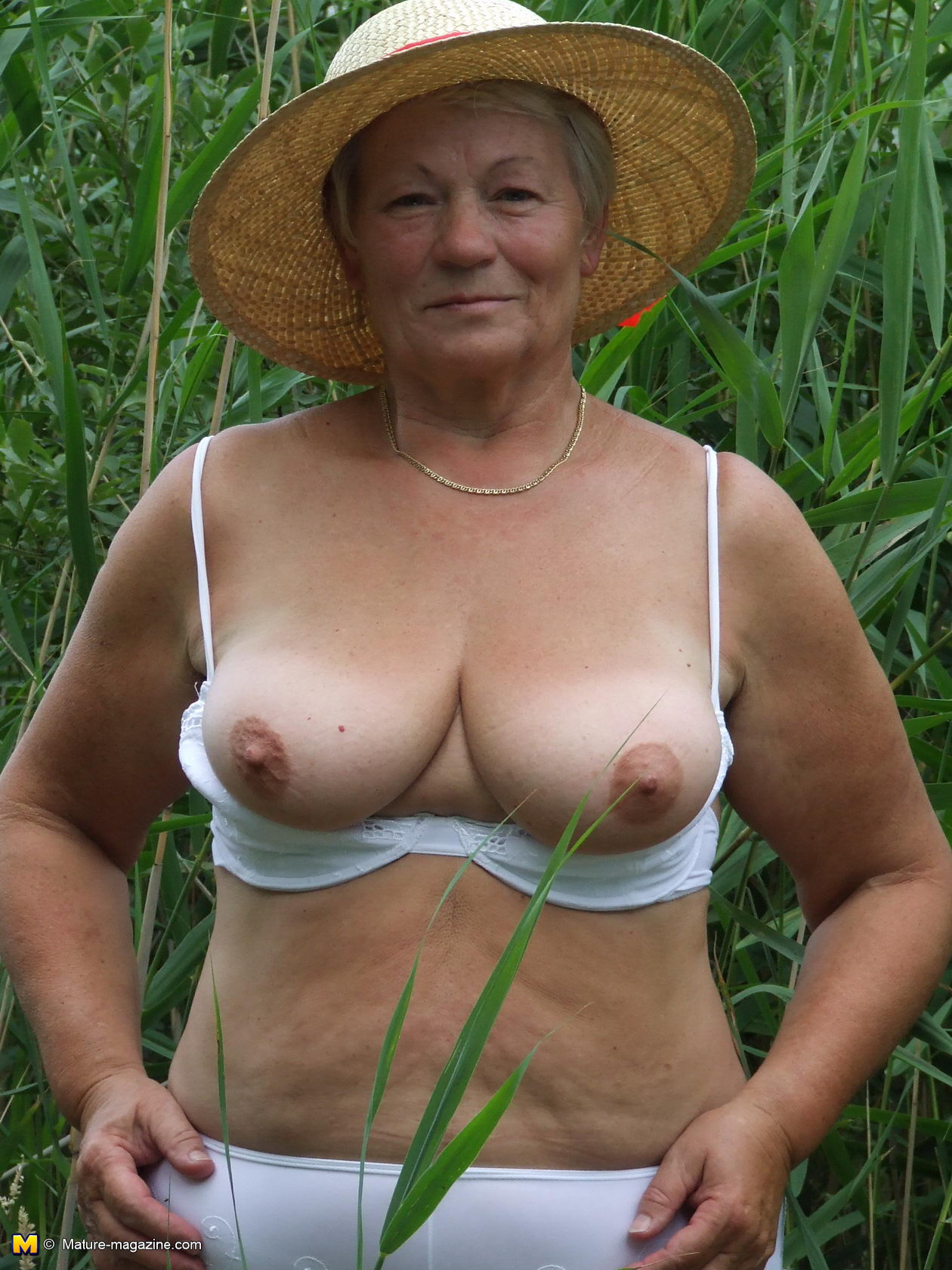 naughty mama playing with herself in the grass - grannypornpics