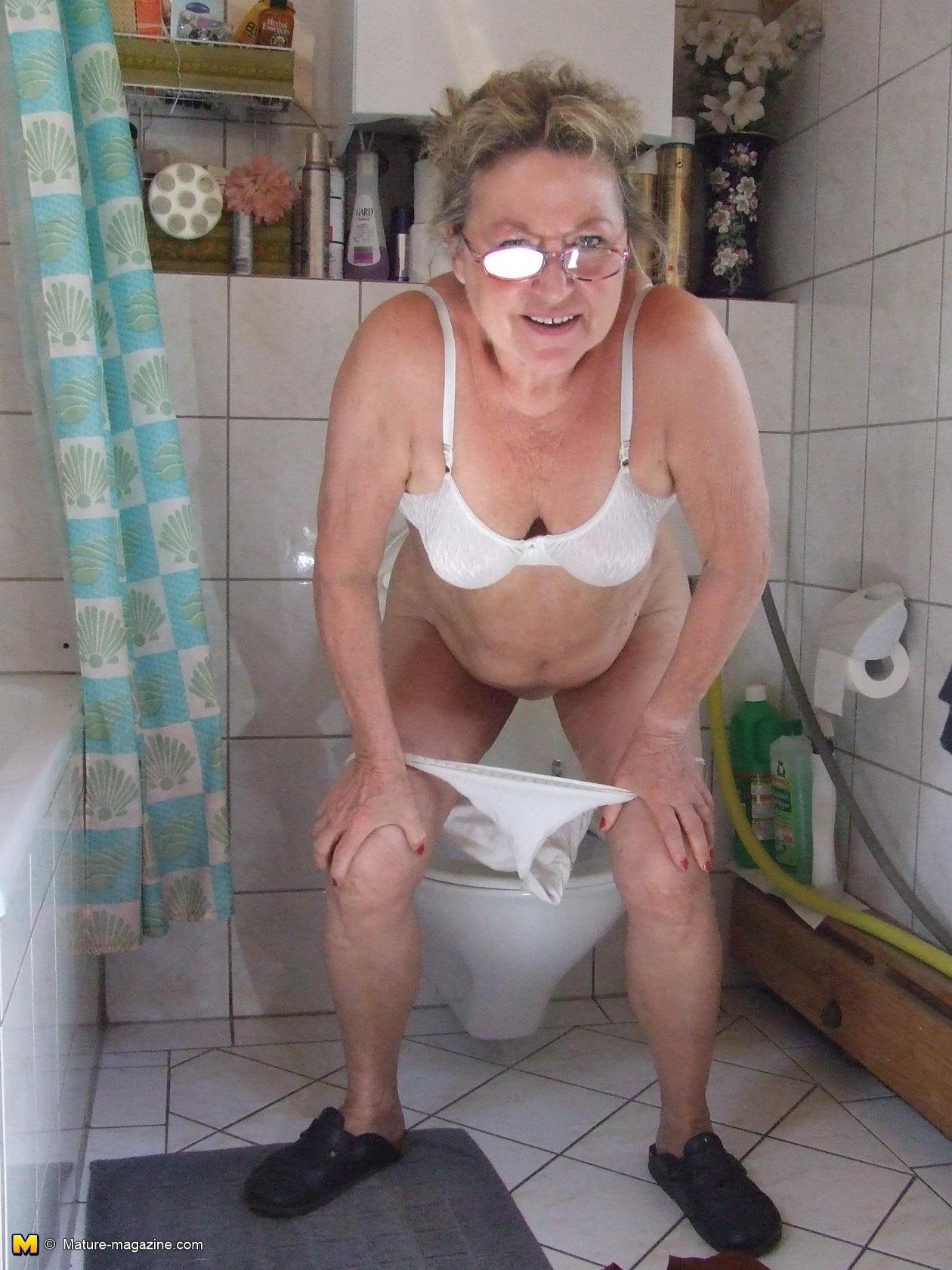 Фото писающей бабушки 15 фотография