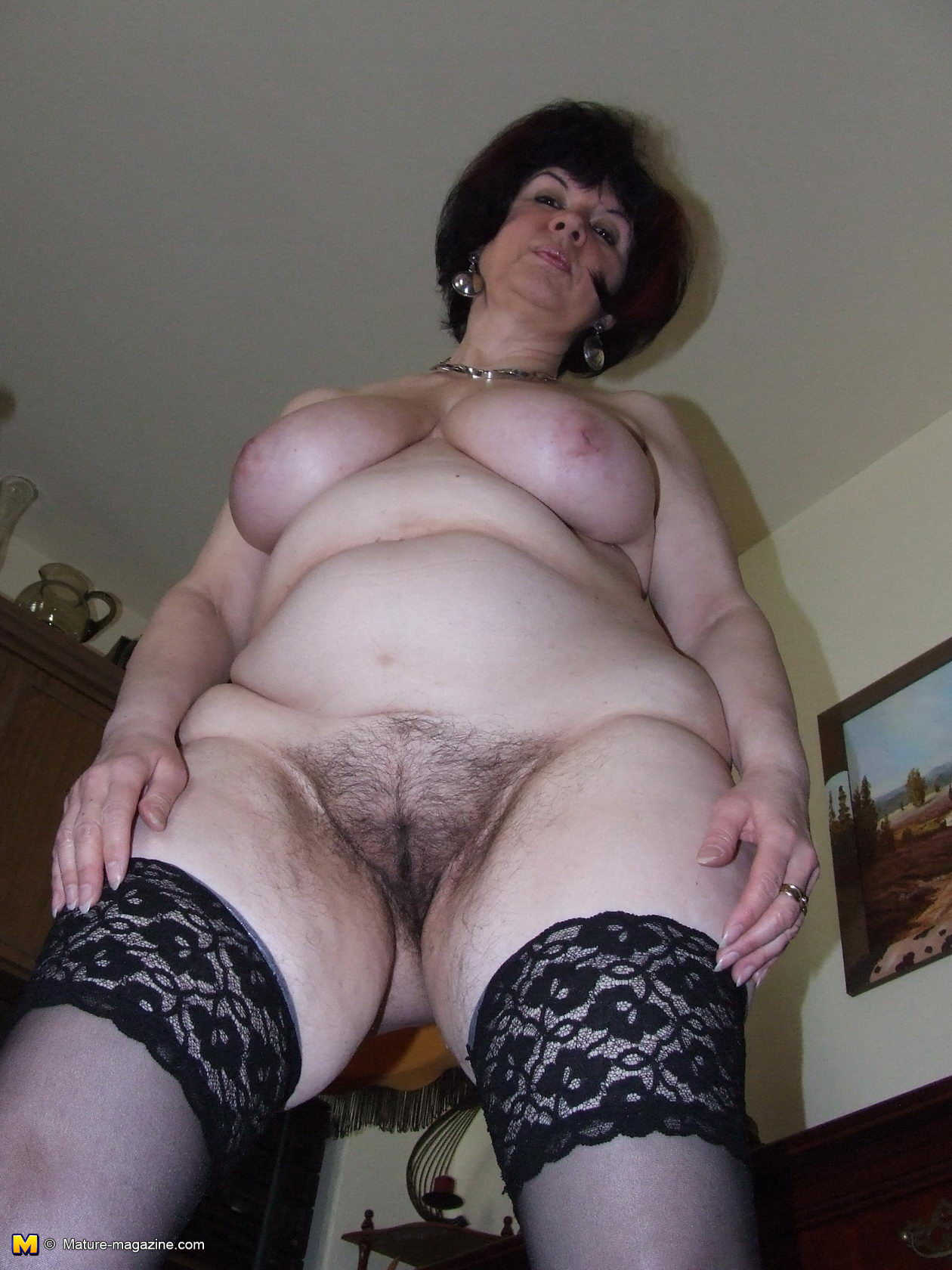 hairy housewife getting naughty in her living room - grannypornpics