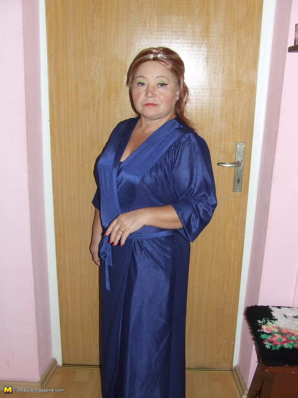 Naughty housewife getting naked and playfull - Granny.nu