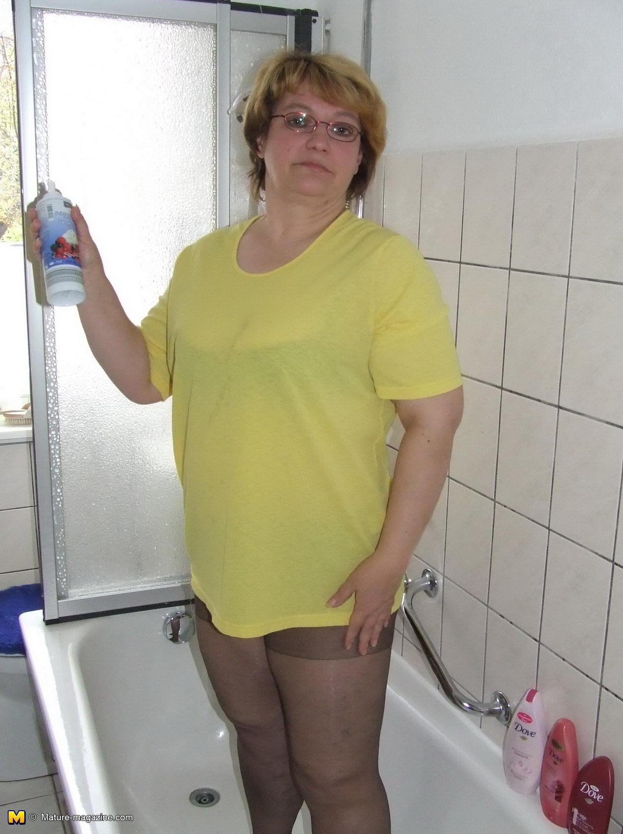 chubby mature slut playing in her bathtub - grannypornpics