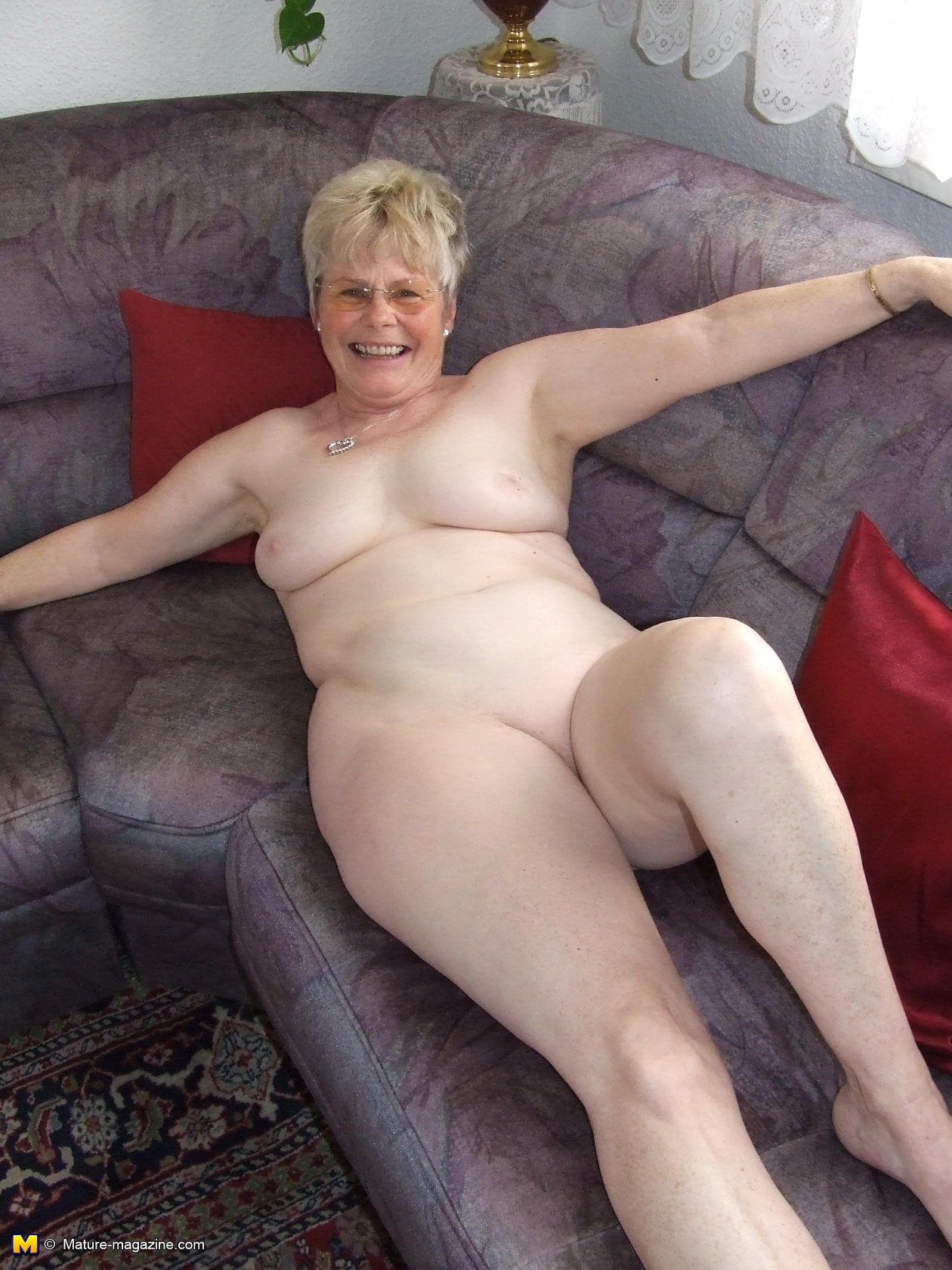 naughty older lady showing off her naked body - grannypornpics