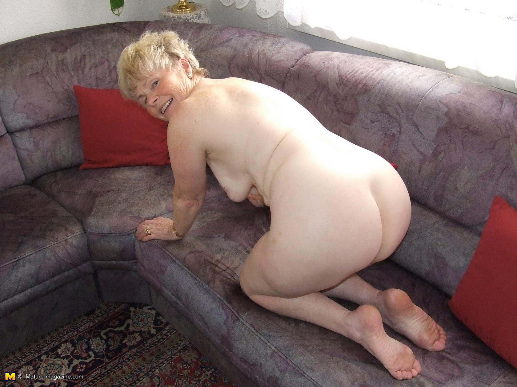 Hot mature lady shows her mature body - Porn Video