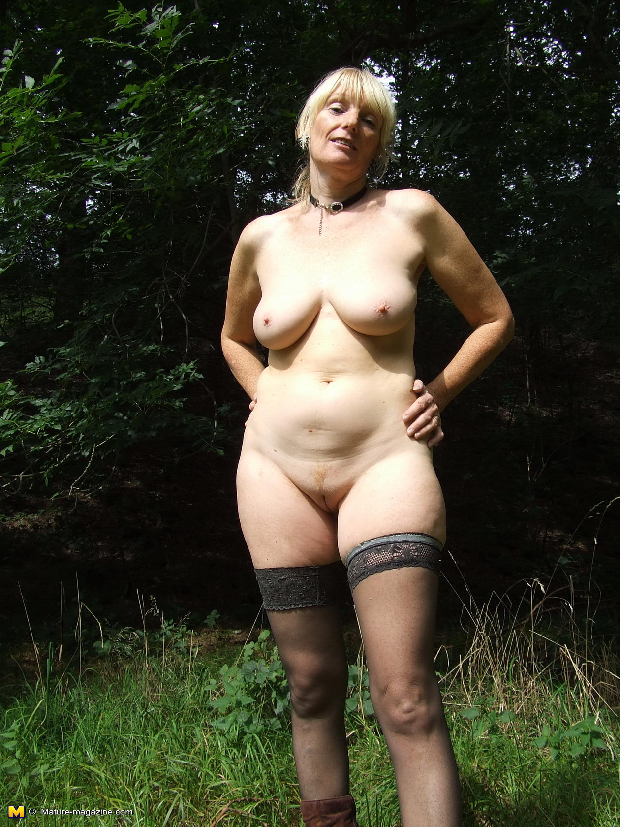 blonde mature slut playing naked in the forest - grannypornpics