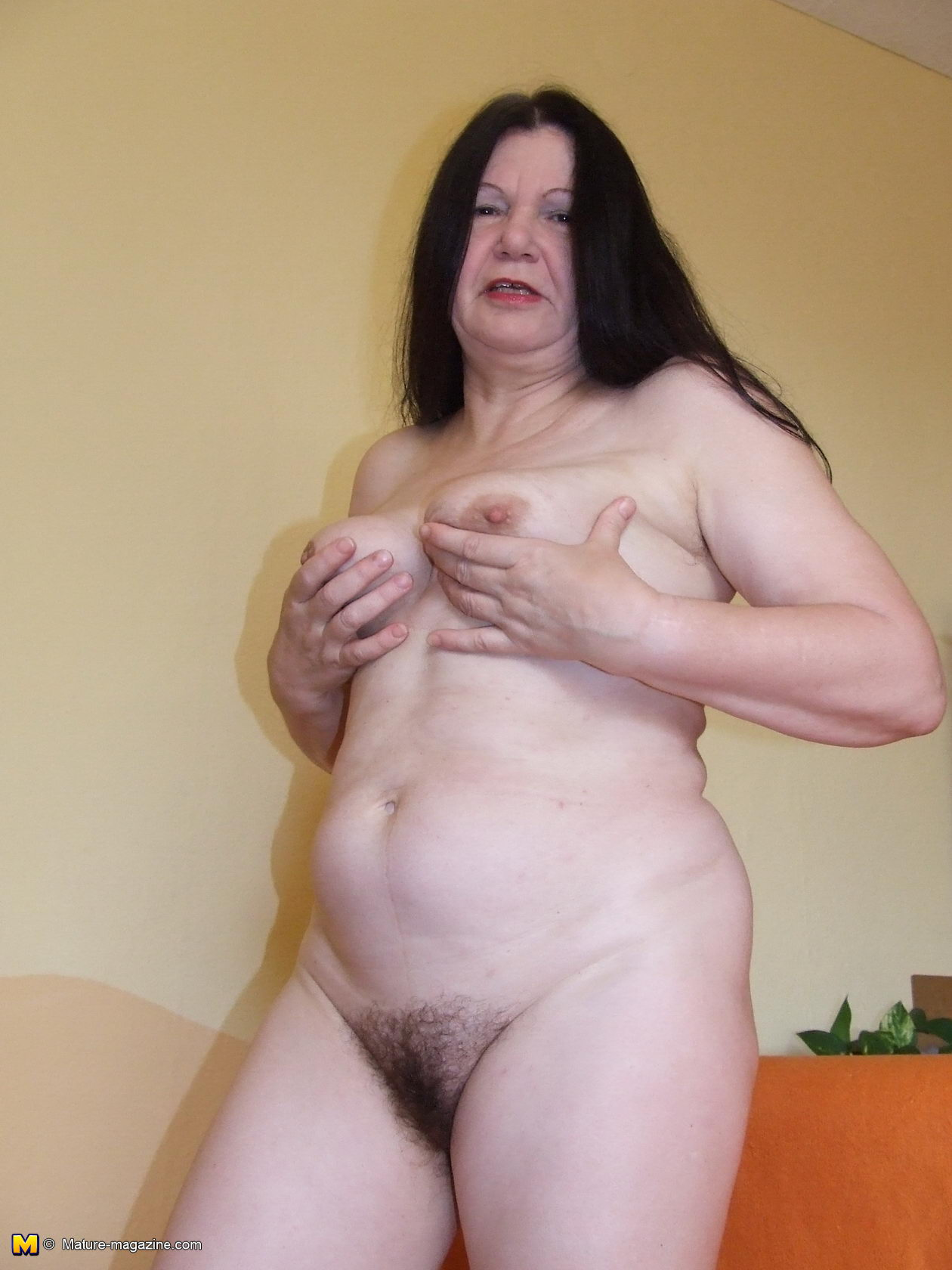 hairy mature slut getting ready for naughtyness - grannypornpics